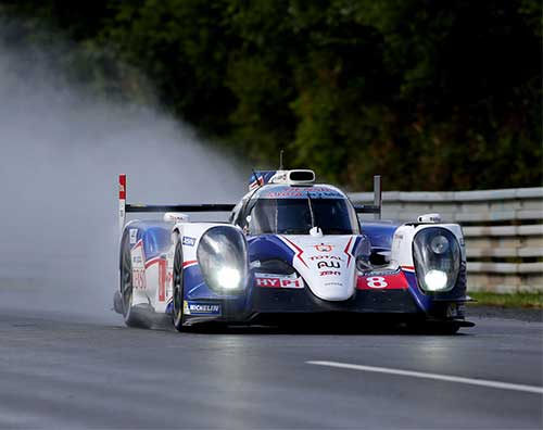 24 Hours of Le Mans, vehicles on the racetrack.